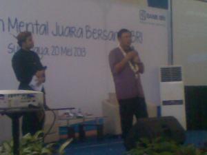 Bapak Achmad Baiquni, memberikan ceramah motivasi pada siswa