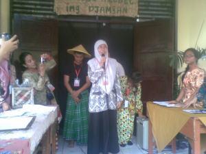 Ibu Sri Utami memberikan sambutan pada pembukaan pameran