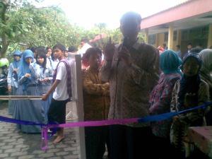 Bapak Drs. Sudarminto,M.Pd, membuka pameran