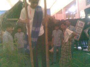Siswa berjalan diatas bambu. Permainan anak-anak jaman dahulu