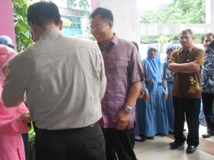 Bapak Achmad Baiquni ketika tiba di SMAN 16 Sby, disambut oleh Bapak Sudarminto, selaku Kepala SMAN 16 Sby
