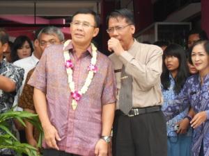 Bapak Achmad Baiquni bersama Bapak Sudarminto, memperhatikan penyambutan selamat datang dengan memanah busur untuk membuka spanduk selamat datang