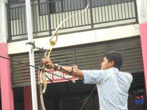 Aldhy bersiap untuk meluncurkan panahnya, pada saat penyambutan Direksi mengajar