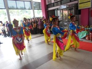 Siswa SMAN 16 Surabaya menarikan Tari Incling, penyambutan tamu