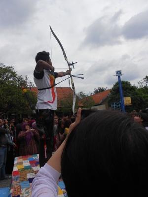 Aldhi, membetangkan panah untuk membuka spanduk Sekamat Datang Delegasi Korea
