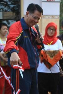 Gunting Pita untuk Acara Gerak Jalan Sehat di Halaman SMAN 16 Sby
